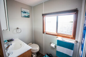 Happy Days Houseboats - 10 Sleeper bathroom